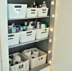 cómo almacenar de manera ordenada en el cuarto de baño